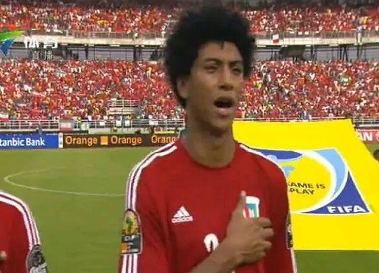 Iván Zarandona canta el himno antes del partido