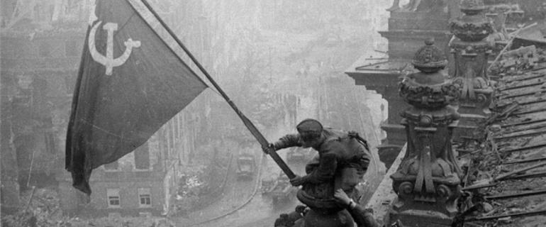 Las tropas soviéticas cuelgan una bandera de la URSS a su llegada a Berlín.