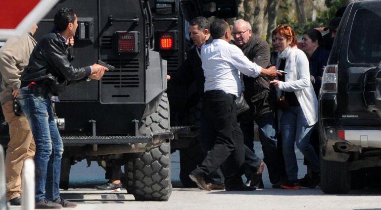 Los turistas son evacuados del lugar del ataque terrorista en el Museo Nacional del Bardo