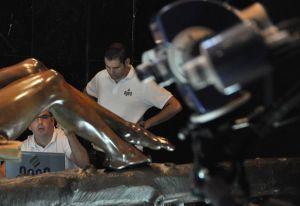Javier Melero (sentado) y Jorge Revelles (de pie) durante el proceso de escaneo del Cristo de la Buena Muerte, de Málaga