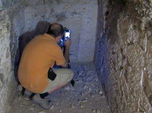 Javier Melero coloca el escáner en la tumba de Tutmosis III en Egipto