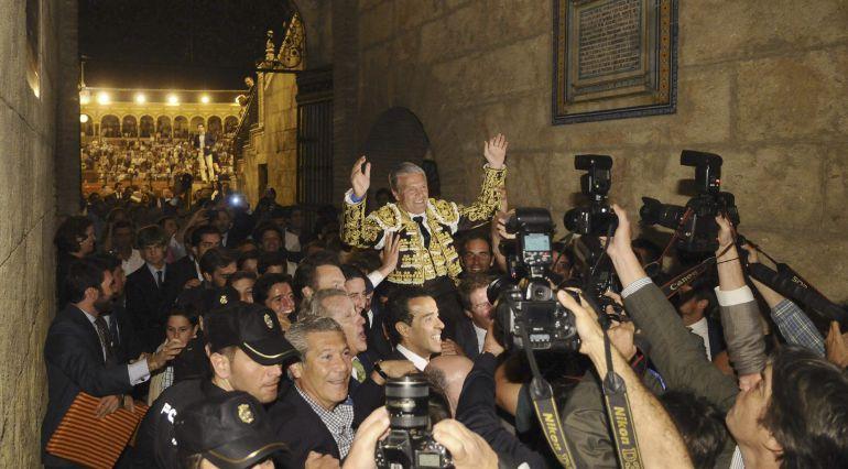 El matador Juan Antonio Ruiz 'Espartaco', que se ha cortado la coleta, sale a hombros de la Plaza de la Maestranza de Sevilla.