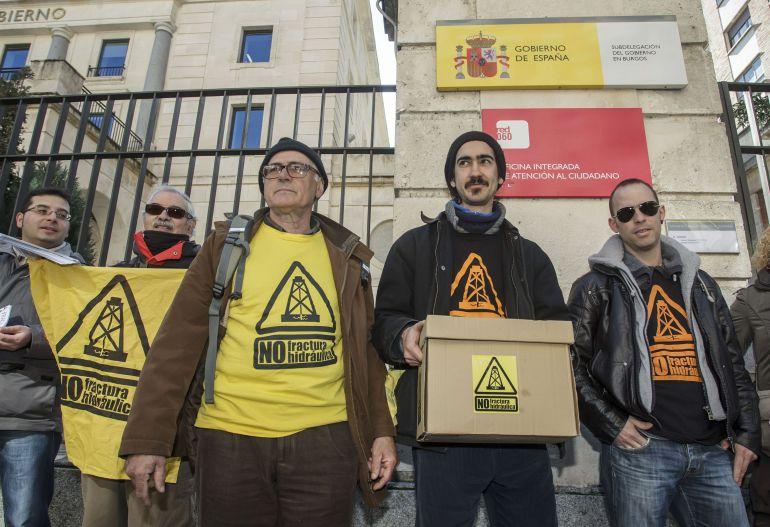 Integrantes de las asambleas contra el 'fracking' de Burgos, Cantabria y Vizcaya presentaron el 19 de febrero de 2015 conjuntamente las alegaciones recogidas contra el permiso de investigación Angosto-1 de la Sociedad de Hidrocarburos de Euskadi (SHESA), que afecta a esas comunidades.