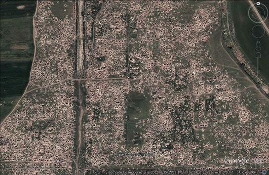 En la imagen pueden verse los 'pozos' ilegales que se perforaron en la ciudad siria de Apamea en 2012. En cada uno de ellos los saqueadores roban piezas.