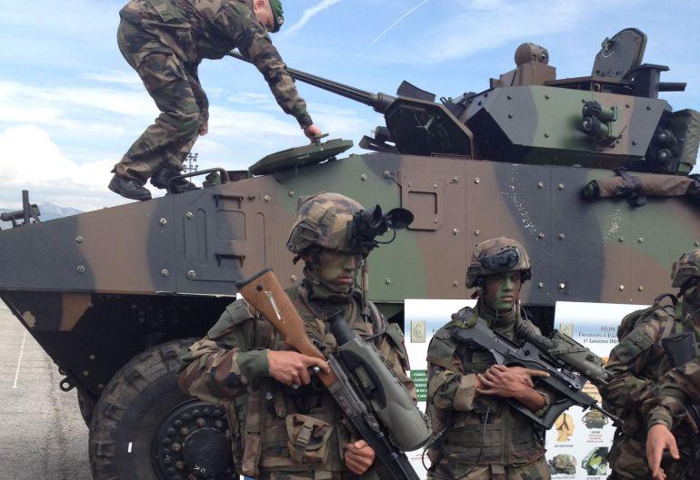 Legionarios junto a un equipo de combate en la Legión Extranjera de Francia