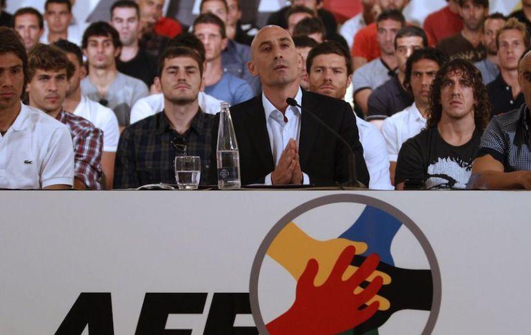 Luis Rubiales, presidente de la AFE, rodeado de futbolistas de Primera