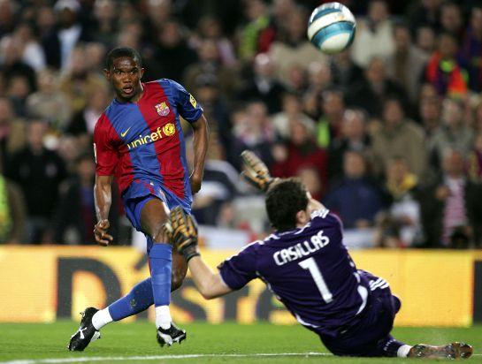 El delantero camerunés intenta batir a Casillas en un partido de 2007.
