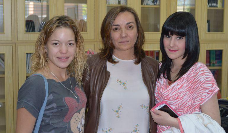Pepa Bueno con Eva y Laura tras el programa dedicado a la violencia machista entre adolescentes
