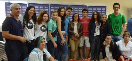 Pepa Bueno con parte de los estudiantes del instituto Aldebarán de Alcobendas