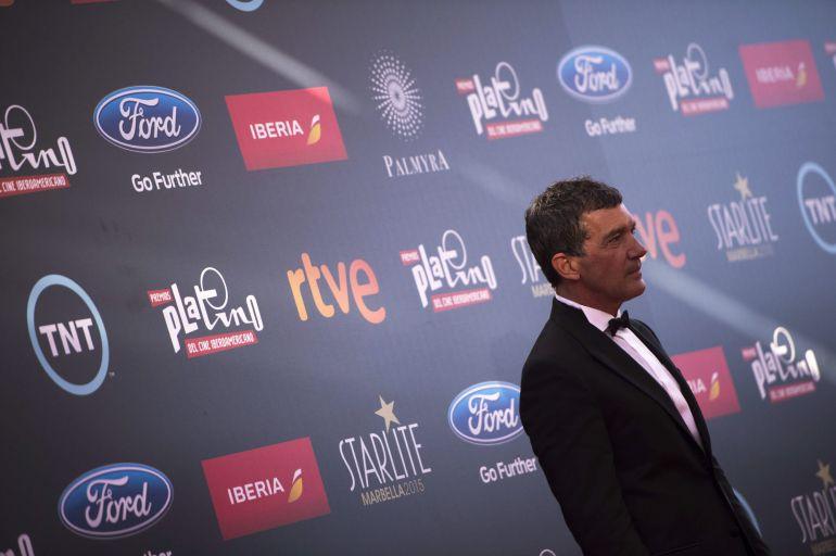 GRA244 MARBELLA (MÁLAGA), 18/07/2015.- El actor malagueño Antonio Banderas a su llega a la ceremonia de entrega de la segunda edición de los Premios Platino del Cine Iberoamericano, celebrada hoy en el recinto del Starlite Festival de Marbella, Málaga. Banderas recibirá el premio Platino de Honor por toda su carrera. EFE/Rafa Alcaide