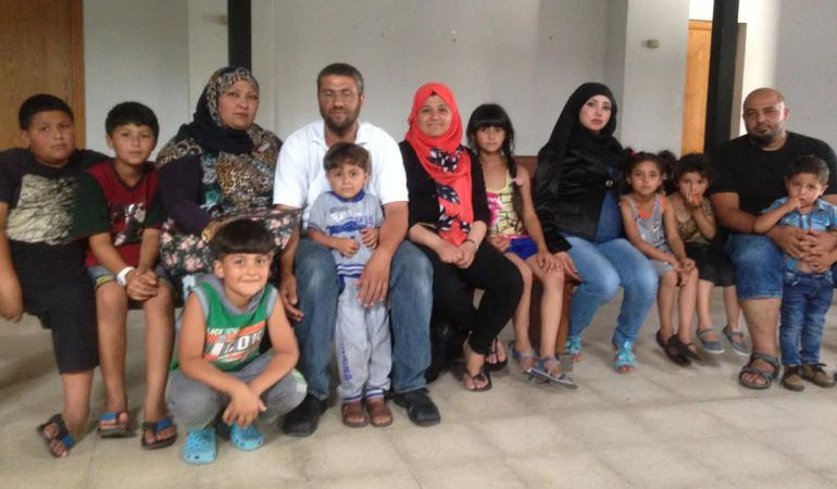 Las dos familias palestinas con 9 menores a su cargo en la parroquia de San Carlos Borromeo donde acuden en busca de ayuda.