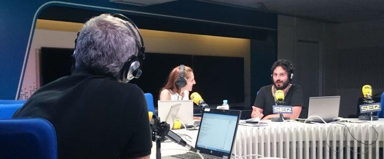 El Kanka charla con Macarena Berlín y Toño Fraguas en un momento de su visita a los estudios de la Cadena SER.