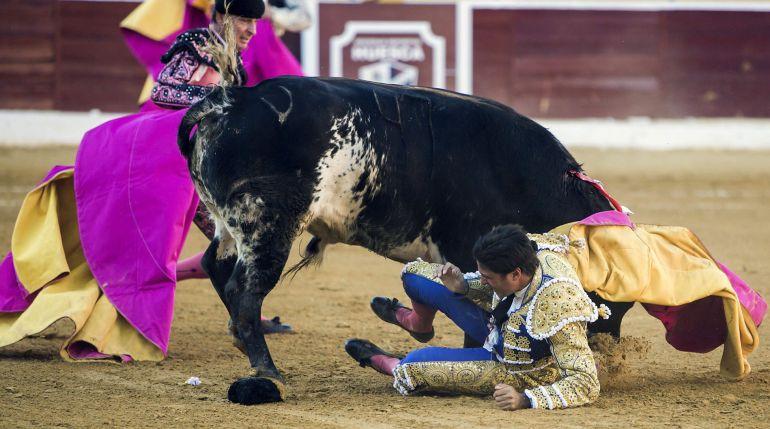 Francisco Rivera, en el momento en el que sufre una cogida durante la corrida de la Feria de San Lorenzo de Huesca.