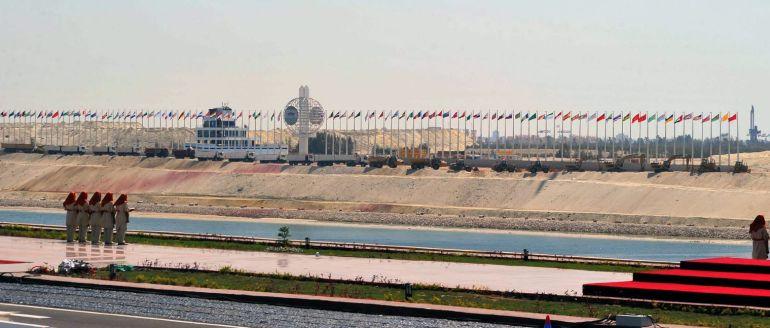 """""""Os lo prometimos.Aquí lo tenéis."""" reza la publicidad de la inauguración del renovado Canal de Suez."""