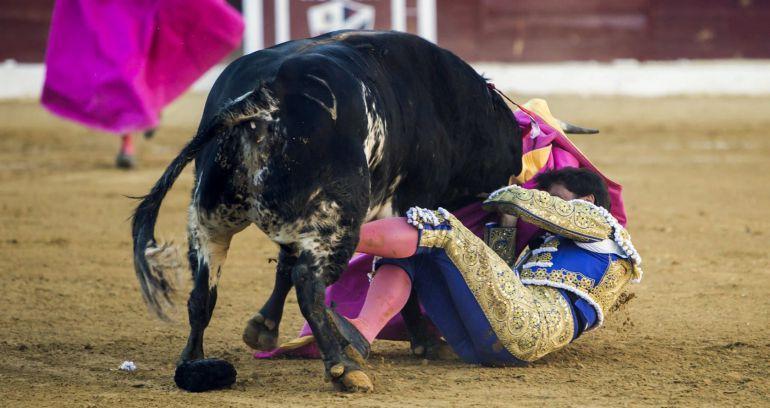 Francisco Rivera Ordóñez sufrió una cogida por el cuarto toro de la tarde durante la corrida de la Feria de San Lorenzo de Huesca.