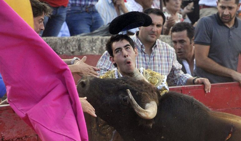 Fotografía facilitada por La Gaceta de Salamanca, de la cornada que ha sufrido en el cuello el diestro malagueño Saúl Jiménez Fortes, cuando lidiaba al primero de su lote en la corrida de toros de esta tarde en la localidad salmantina de Vitigudino
