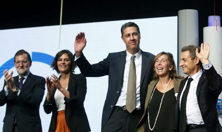 El presidente del Gobierno junto al expresidente francés Nicolas Sarkozy, la presidenta del PPC, Alicia Sánchez-Camacho, el candidato del PPC a la presidencia de la Generalitat, Xavier García Albiol y la candidata número cinco, Esperanza García