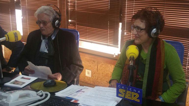 De izquierda a derecha, Ascensión Ramón y Esther Gómez en los estudios de Radio Bierzo (Ponferrada)