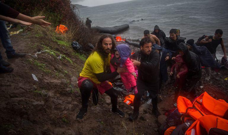 Los voluntarios de Proactiva Open Arms trabajan a pie de playa