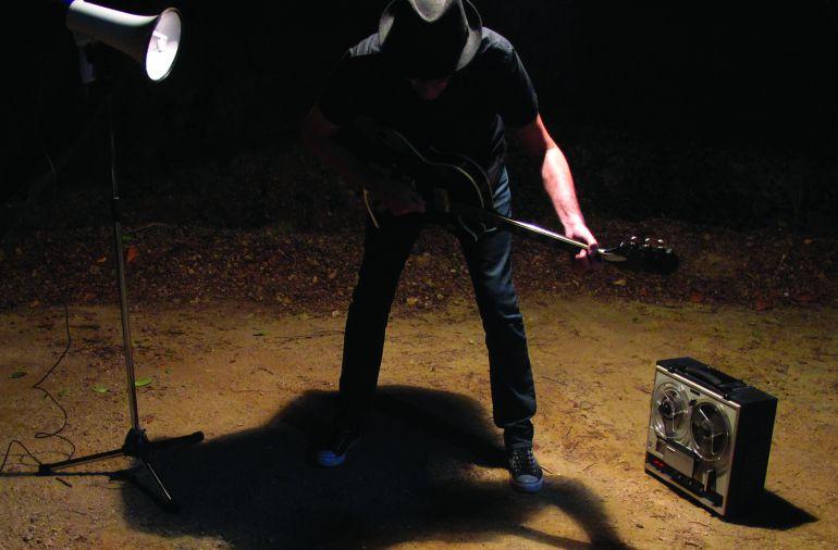 Caustic Roll Dave en la portada de su último disco