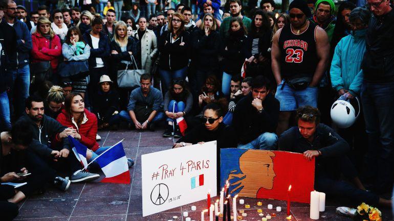 Decenas de personas homenajean en a las víctimas en la plaza Aotea de París.