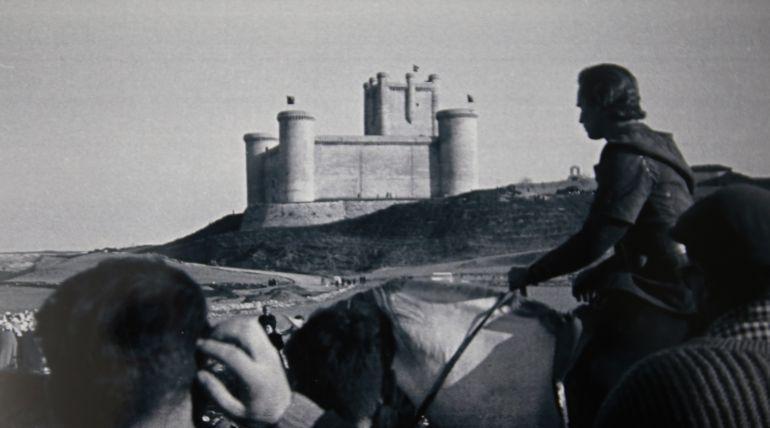 Charlton Heston durante el rodaje de El Cid, delante del castillo símbolo de Torrelobatón.