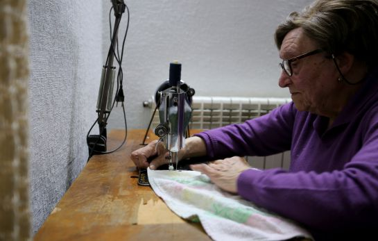 Saturnina Díez cosió las banderas que se utilizaron en el rodaje. Hoy, con 99 años, sigue cosiendo con la misma máquina de entonces.