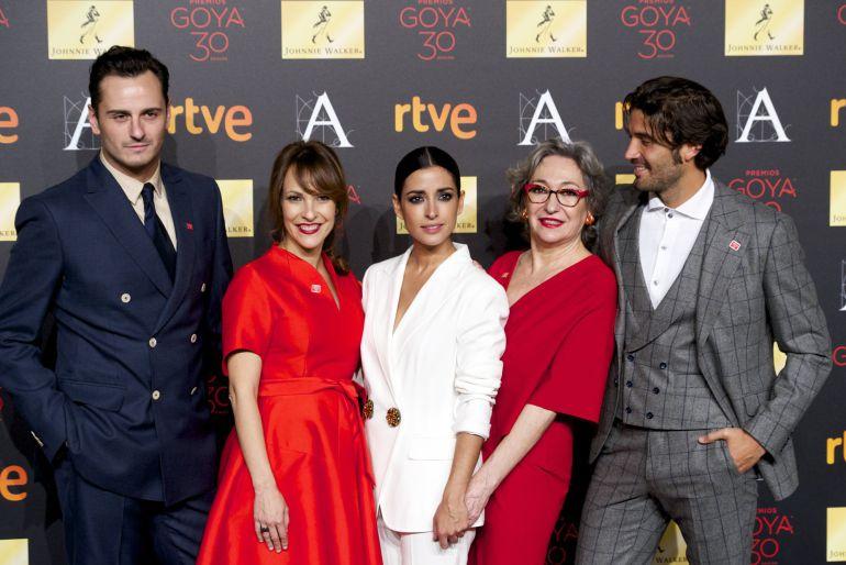Asier Etxeandia, Paula Ortiz, Inma Cuesta, Luisa Gavasa y Alex Garcia, el reparto y la directora de 'La novia', la gran favorita