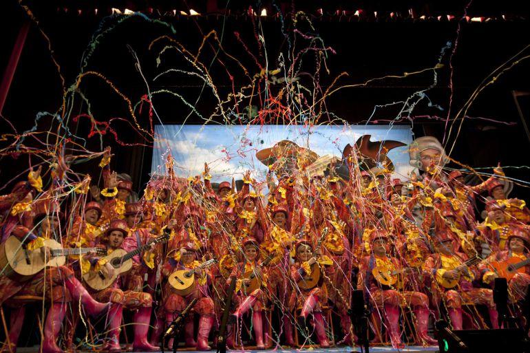 El coro 'Coroterapia' durante la segunda sesión de semifinales del Concurso Oficial de Agrupaciones Carnavalescas (COAC) que se celebra en el Gran Teatro Falla en Cádiz