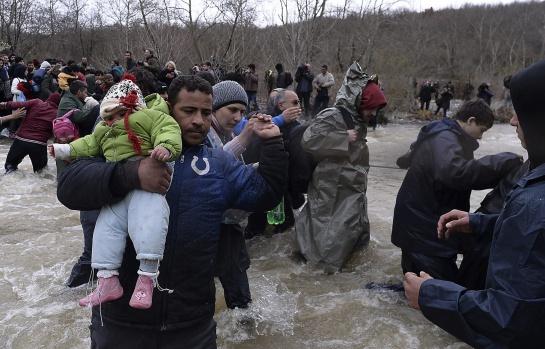 Cientos de migrantes procedentes del campamento de refugiados de Idomeni, Grecia, tratan de encontrar una vía alternativa para cruzar la frontera entre Grecia y Macedonia