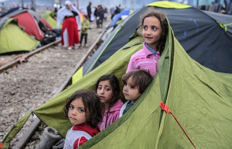 Refugiados permanecen en la frontera entre Grecia y Macedonia hoy, jueves 10 de marzo de 2016, en Idomeni (Grecia). Después de que Eslovenia, Croacia, Serbia y Macedonia han sellado sus fronteras