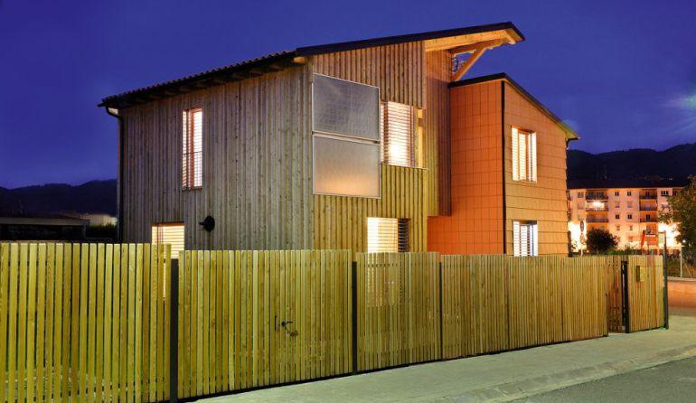 Casa pasiva construida en madera y con paneles solares en su fachada