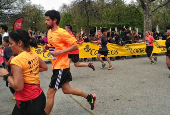 Uno de los participantes de la media Maratón de Madrid del pasado domingo 3 de abril con la camiseta de SER Aventureros en el momento de cruzar la meta.