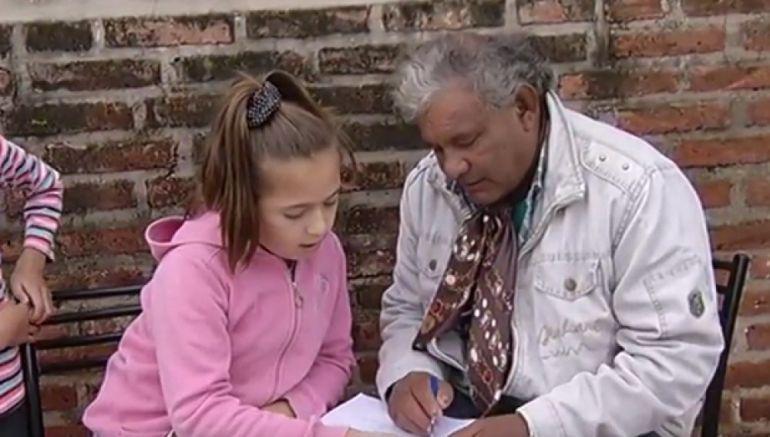 Una Niña De 11 Años Enseña A Leer A Su Vecino De 60