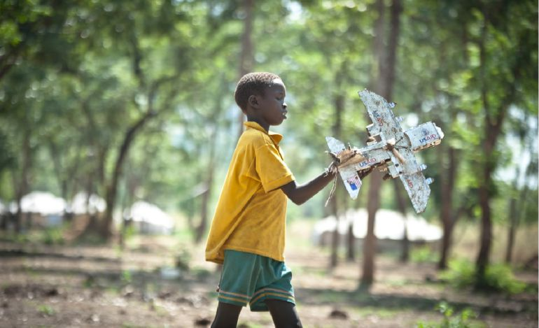 lejos de su vida normal los nios refugiados y algunos adultos fabrican juguetes con materiales reciclados en los campamentos para no dejar atrs su