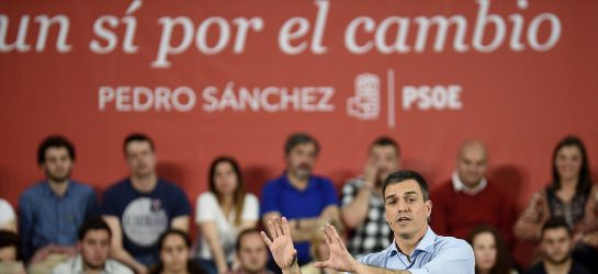 El candidato socialista, con el lema de campaña al fondo