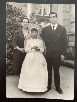 Dolores Zamorano acompañada de sus padres el día de su primera comunión en el preventorio de Guadarrama.