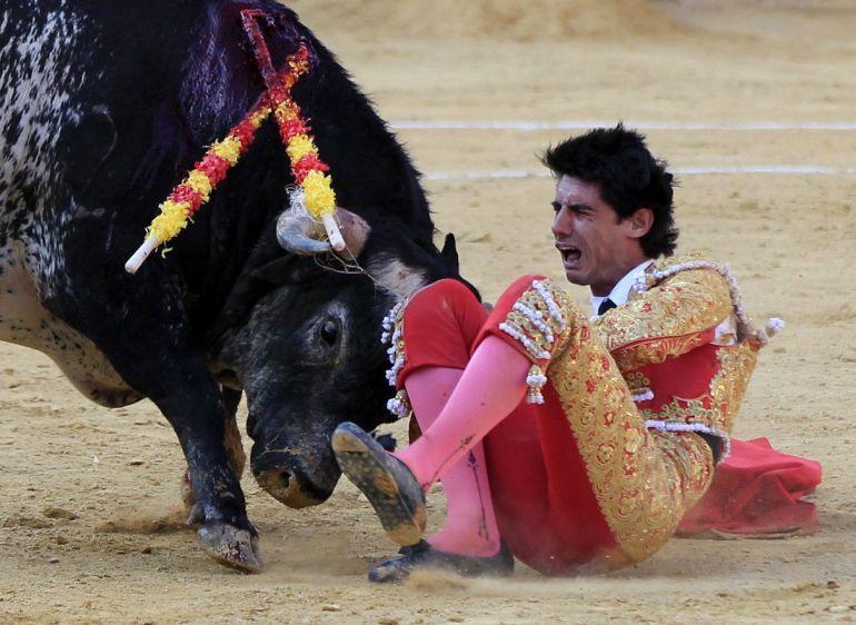 El torero segoviano de 29 años Víctor Barrio en el momento de sufrir una grave cogida en el tercer toro de la tarde