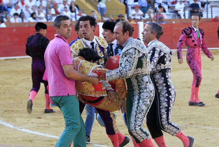 El torero segoviano de 29 años Víctor Barrio ha fallecido esta tarde en la plaza de toros de Teruel, en la Feria del Ángel, tras sufrir una grave cogida en el tercer toro de la tarde.