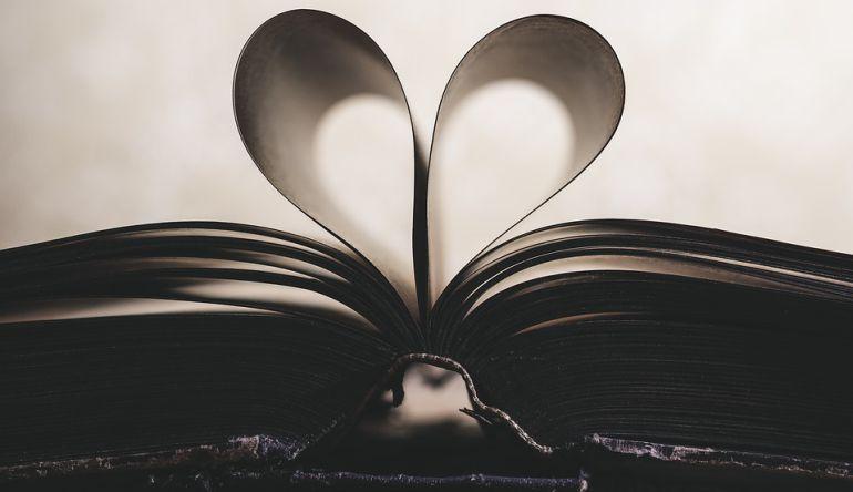 Páginas de un libro abiert que forman un corazón.