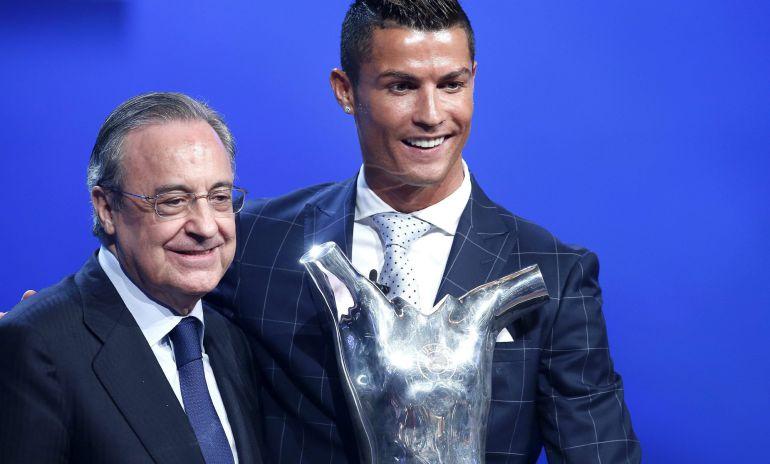 El delantero del Real Madrid Cristiano Ronaldo, con el trofeo que le acredita como el mejor jugador de la UEFA en la temporada 2015-16 junto con el presidente del equipo blanco Florentino Pérez.