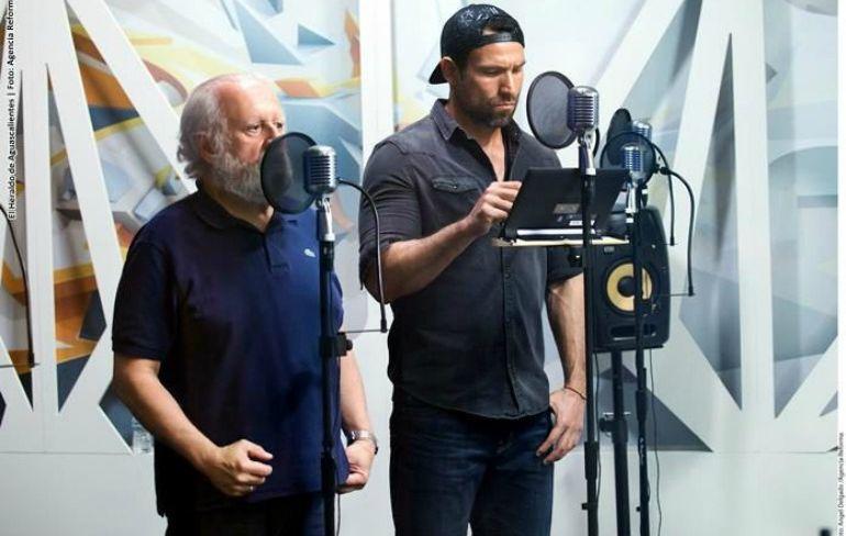Los actores Juan Echanove y Rafael Amaya durante la grabación de la radionovela.