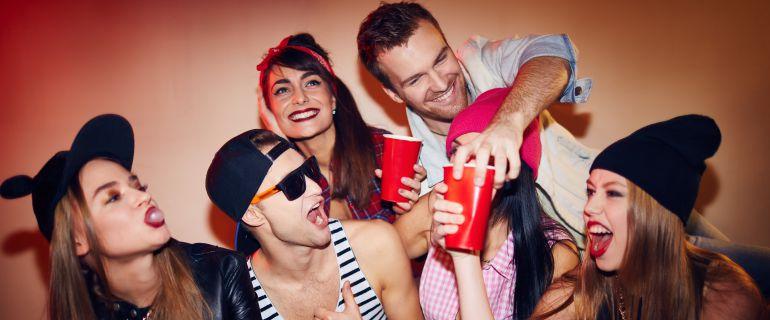 Un grupo de adolescentes consumiendo alcohol.
