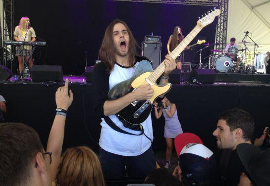 El guitarrista de Belako no tardó ni media canción en bajar a tocar delante del público.