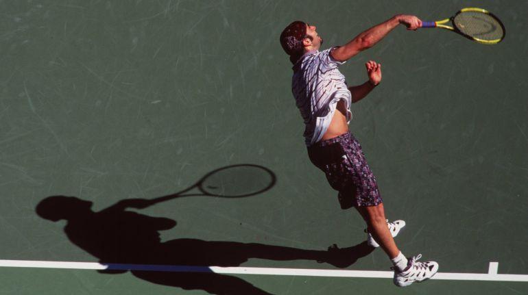 Agassi sirve una pelota en la final del Australian Open de 1995 en la venció a Pete Sampras