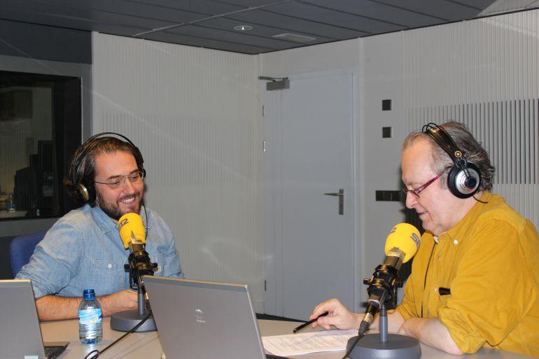 El presentador de televisión, Màxim Huerta, junto a Diego Manrique en 'La banda sonora' de 'Hoy por hoy'.