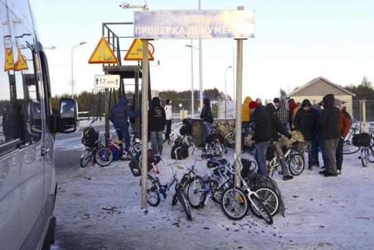 Refugiados y bicicletas en la parte rusa de la frontera con Noruega: la ley rusa prohibe cruzar la frontera a pie
