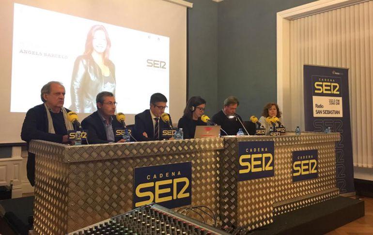 Paxti López, junto a los tertulianos de 'Hora 25' en el especial desde el palacio de Aiete