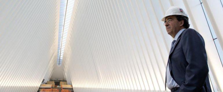 calatrava posa junto a una de sus obras