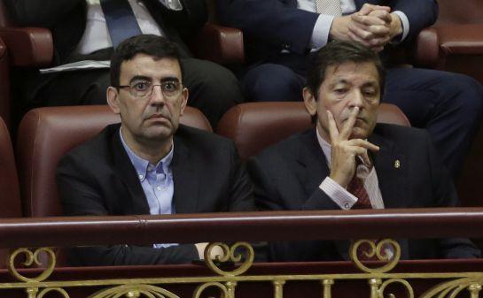 El presidente de la gestora del PSOE, Javier Fernández (d), y el portavoz de la misma, Mario Jiménez